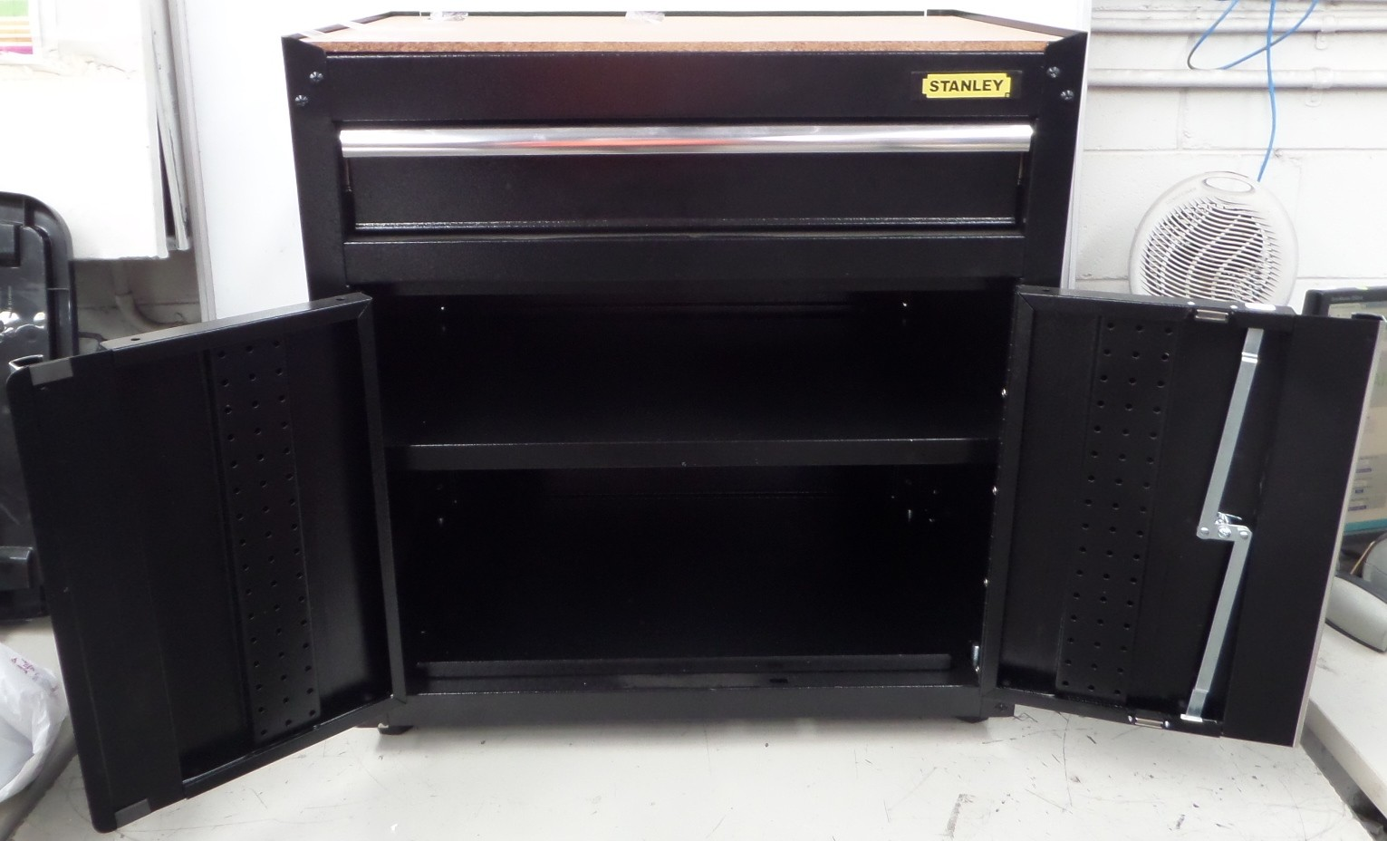 Stanley work station cabinet brand lot 817362 allbids for Auctions for kitchen cabinets